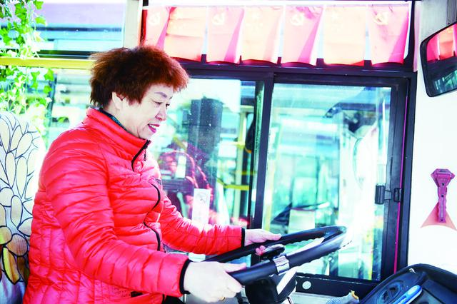 六十七载风雨路 公交人与乘客共为3路过生日