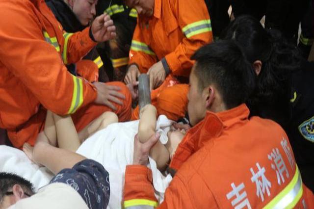 危险!26个月男童手臂悬进地漏管 长春消防紧急救援
