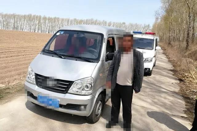 面包车司机看见交警 扭头就把车开上了乡道
