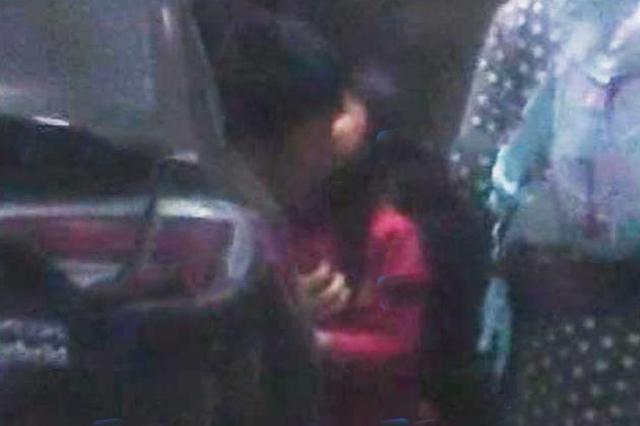 贾乃亮接女儿甜馨放学 父女难舍分别亲吻了三次
