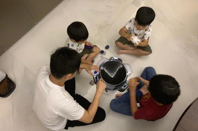 亲子时间!林志颖和三个儿子玩陀螺画面温馨幸福