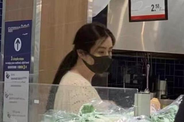 52岁王祖贤逛超市被偶遇 戴口罩买菜气质出众