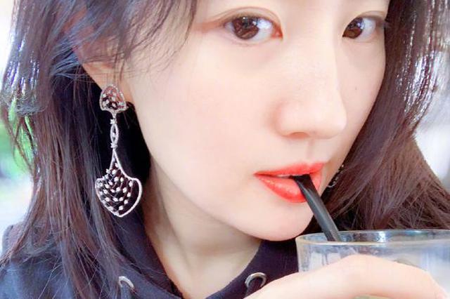刘亦菲自拍红唇白肤气质恬静 轻咬吸管超貌美