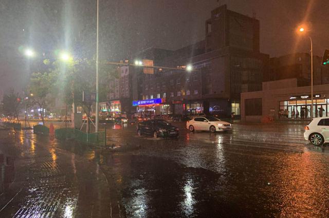 长春遭遇雷暴天气 网友调侃:欢迎来看海