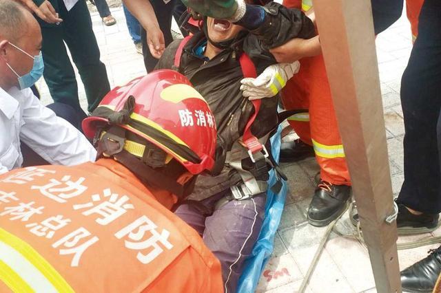 延吉铁南附近俩工人被困3米深污水井内 消防紧急救援