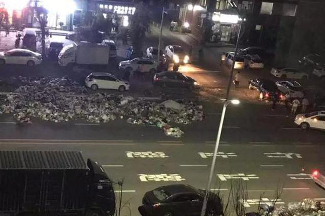 延吉龙华尚城小区垃圾堆积如山 无人清理责任在谁?
