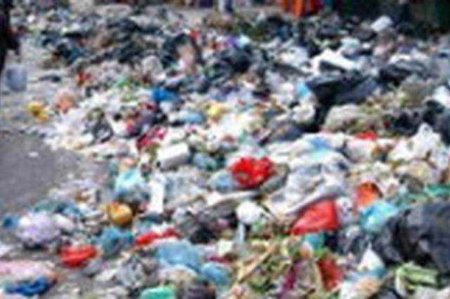延吉一小区物业当街倾倒生活垃圾 导致交通受阻