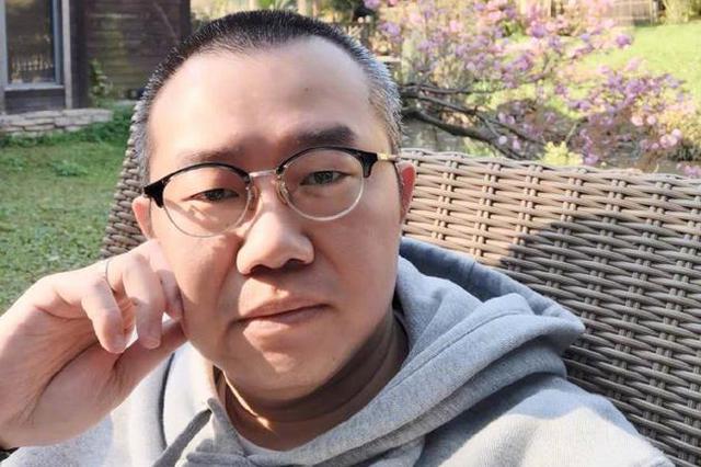 主持人涂磊为脚蹬机舱道歉 解释称腿部有静脉曲张