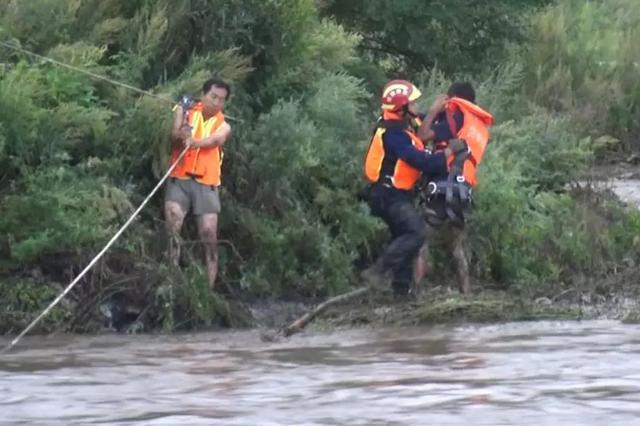 汪清河水暴涨2村民被困 消防横渡成功救援!