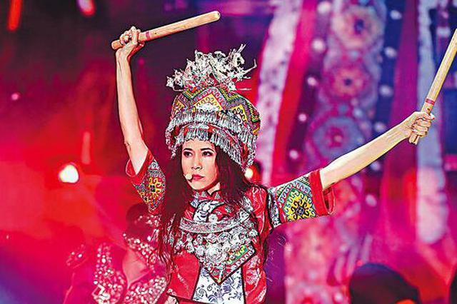 莫文蔚演唱会穿传统服饰 变身土家族女孩载歌载舞