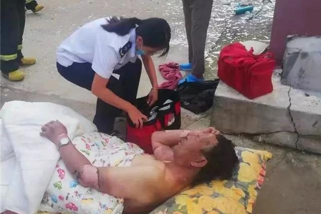延吉一住宅煤气闪燃 2人受伤3辆私家车受损!