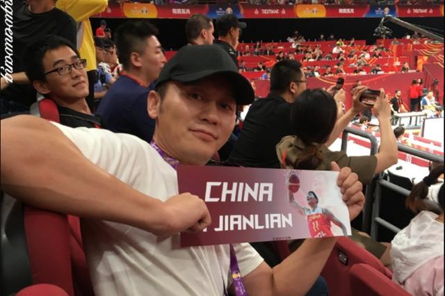 李晨现身赛场观战中国男篮比赛 手持横幅认真助威