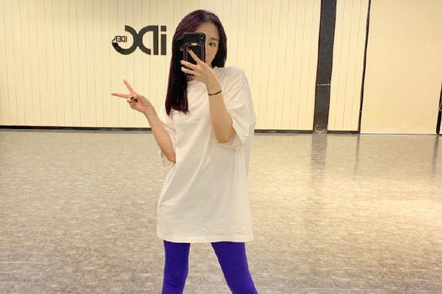 孟美岐晒练习室美照 白T配瑜伽裤长腿纤细吸睛