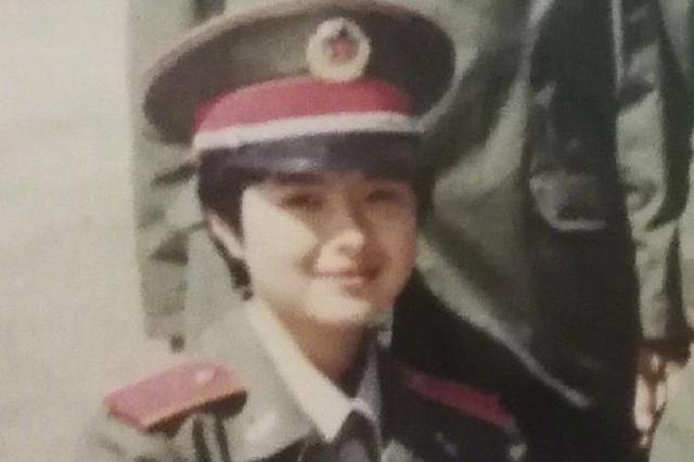张泉灵晒28年前军装照:一起自豪下
