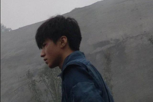网曝王俊凯新电影路透 脸及手均带伤疑拍打斗戏