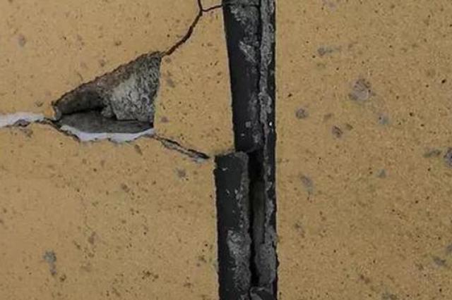长春首地首城小区局部地面下沉楼体开裂?开发商回应