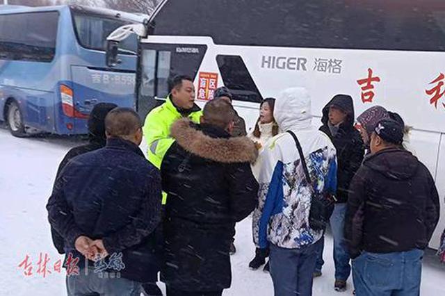 400余名游客大雪滞留站口 高速公安警车领驶护送