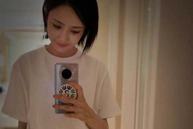 佟丽娅晒自拍照短发清纯 白衣黑裙似高中女生