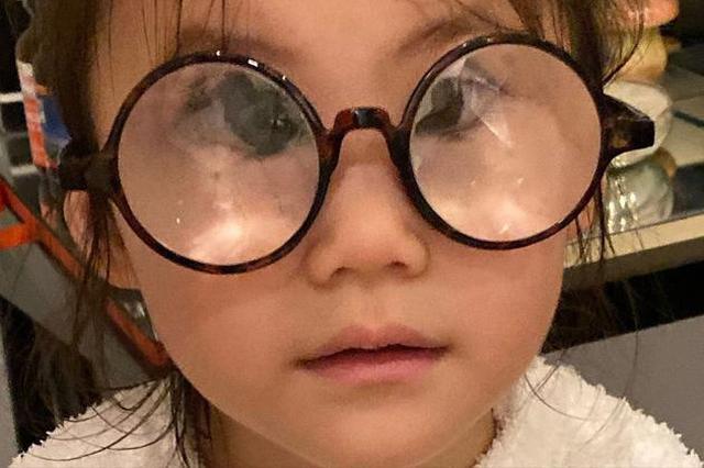 """陈冠希晒女儿搞怪照片 Alaia戴放大眼镜变""""对眼"""""""