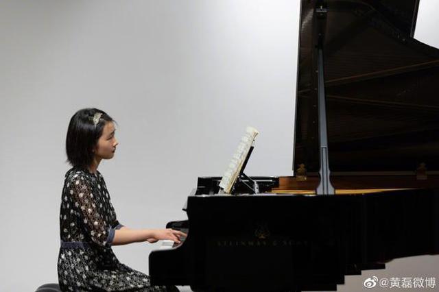 黄磊分享大女儿弹钢琴照 多多短发气质卓然有韵味