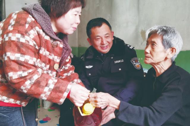 长春:民警与社区工作人员为困难户送节日礼物