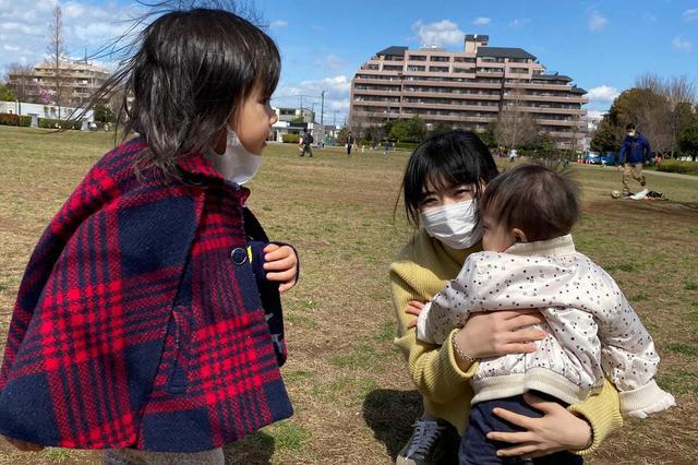 福原爱江宏杰带儿女逛公园踏青 小小杰会自己走路了