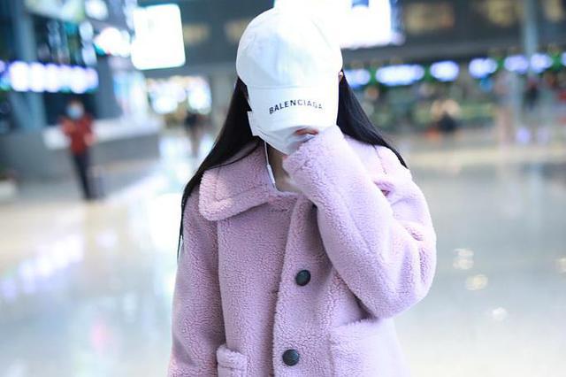 鞠婧祎戴口罩全程低头走路 穿破洞黑裤纤细美腿抢镜