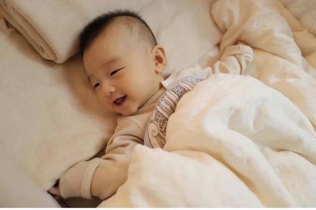 何雯娜晒宝宝正面照 女儿躺被窝里眯眼甜笑超可爱
