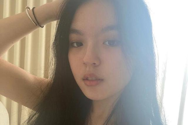 李咏女儿法图麦晒自拍 穿吊带衫发丝凌乱慵懒迷人