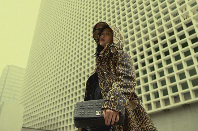 鬼鬼吴映洁晒时尚街拍照 穿豹纹长腿吸睛气场两米