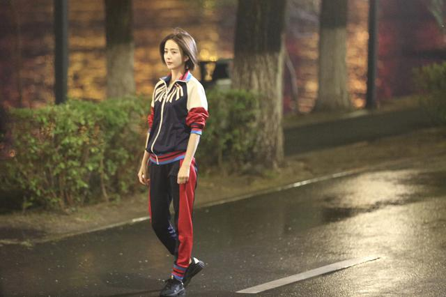 佟丽娅短发运动服造型拍新剧 身材娇小清纯可人