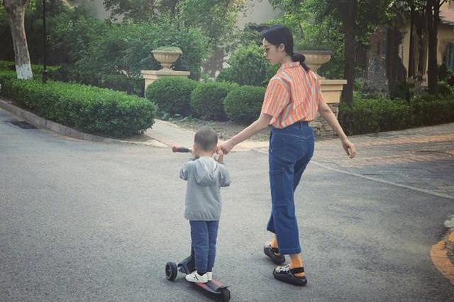 孙莉带儿子遛弯手把手教滑板 背影纤细仍似少女