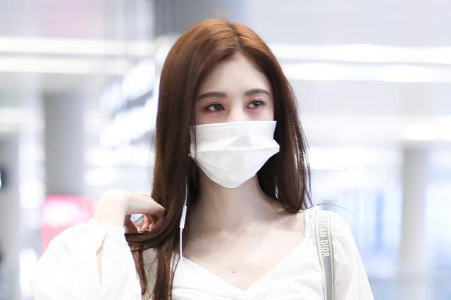 鞠婧祎白衣飘飘小秀蛮腰 口罩难遮高颜值清纯可人