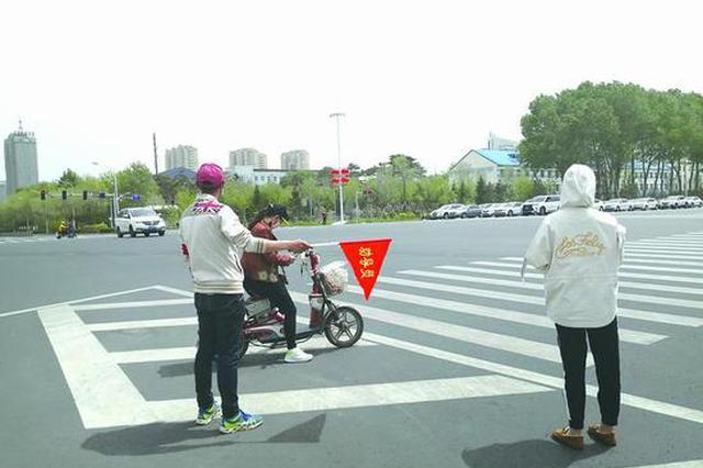 长春多名违规司机变身交通安全劝导员 感叹交警不容易