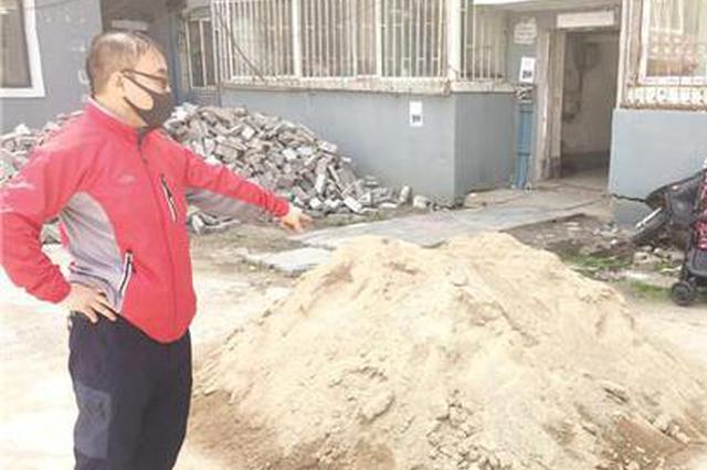 延吉一老人楼前堆废物惹邻居抗议 社区限期5日内清理干净