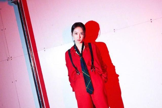 宋茜红色造型搭配烟管裤潇洒帅气