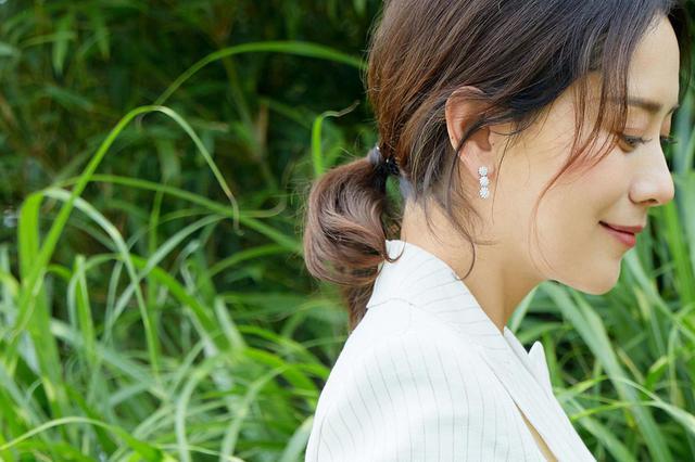 海清夏季身着白色西服 优雅干练!