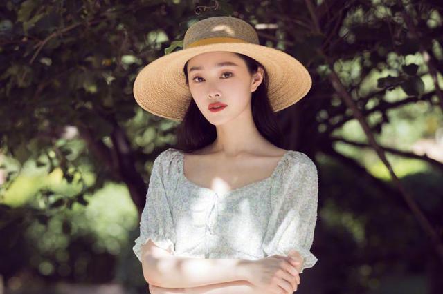 宋轶简洁裙装搭配 清新优雅!
