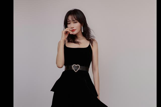 不老女神秦岚身着黑色短裙身材迷人