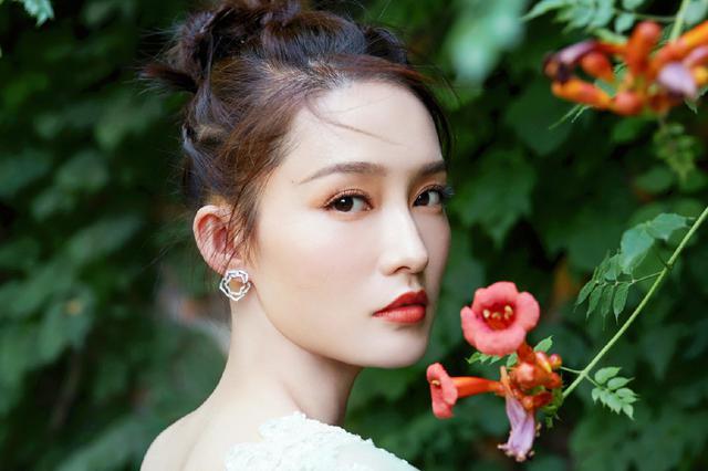 李沁端午节晒薄荷绿纱裙美照 精致貌美似仙女下凡