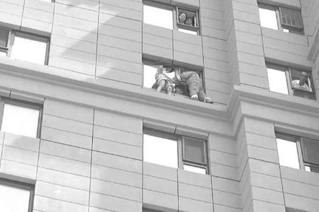永吉县16岁女孩欲跳楼 消防员苦劝两小时将其救下