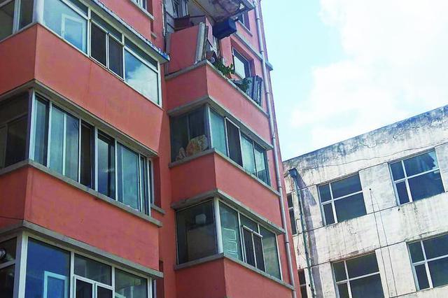 事发长春一小区:五楼更换窗户 六楼阳台突然坍塌
