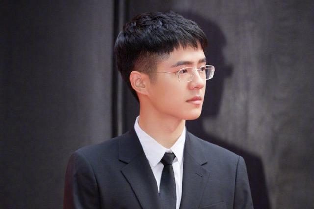 刘昊然身着黑色西装 少年感十足!