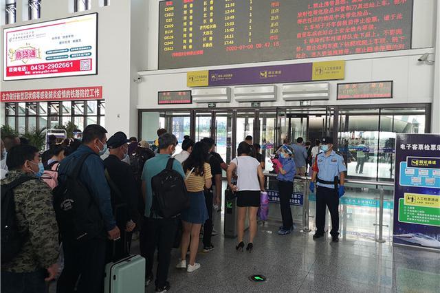珲春高铁陆续恢复运行,铁警护航旅客出行安全