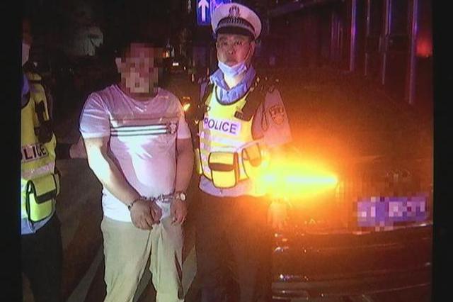 """奥迪驾驶员带刀""""毒驾"""" 遇到交警疯狂逃窜连撞两车"""