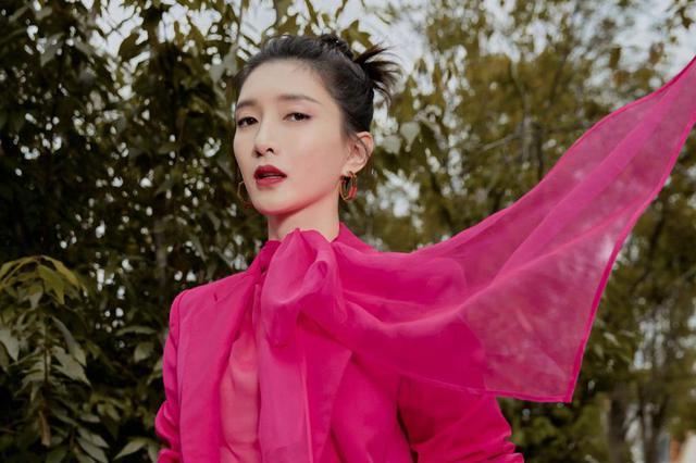 江疏影身着粉色系西装 优雅而恬静!