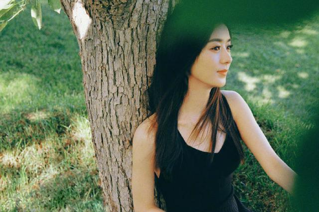时尚辣妈赵丽颖 身着黑色美背裙!