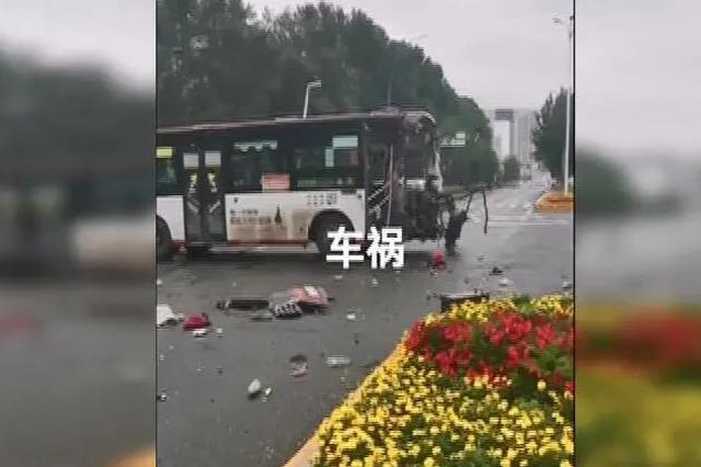 长春硅谷大街一大货车闯红灯撞上公交车 致一人死亡