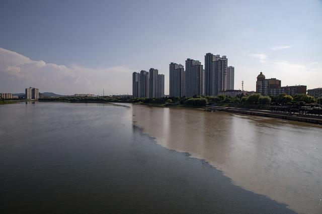 """吉林:受连续降雨影响 松花江现""""泾渭分明""""景观"""