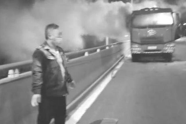 """长春一大货车当街变""""火车"""" 两名公交司机路遇紧急救火"""